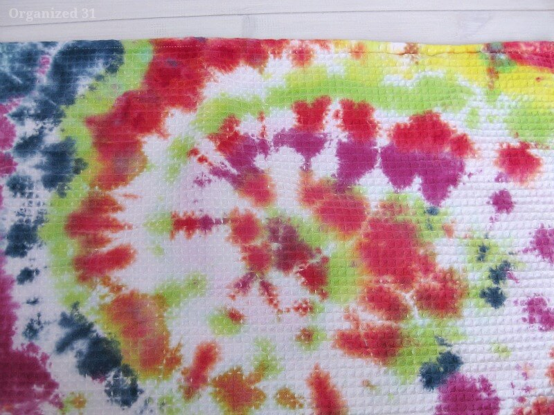 Swirl towelg diy tie dyed dish towels make these easy tie dye towels for yourself or to solutioingenieria Choice Image