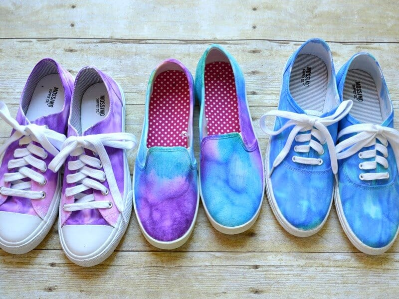 Making your own DIY tie dye shoes is easy with this tutorial. It's a creative fashionable craft you can make with kids' and teens. [ad]