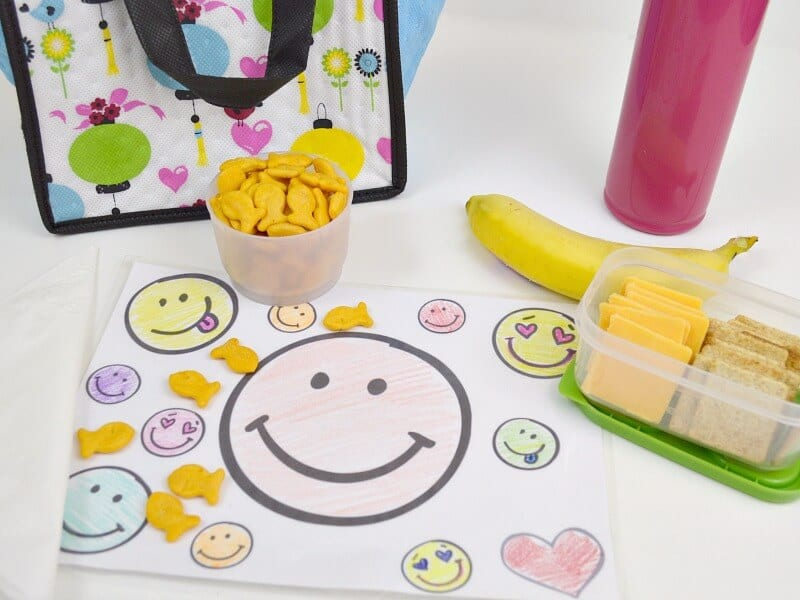 Make a personalized wipeable lunch box placemat and provide a clean and fun lunch surface. #GoldfishLunchSmiles [ad]